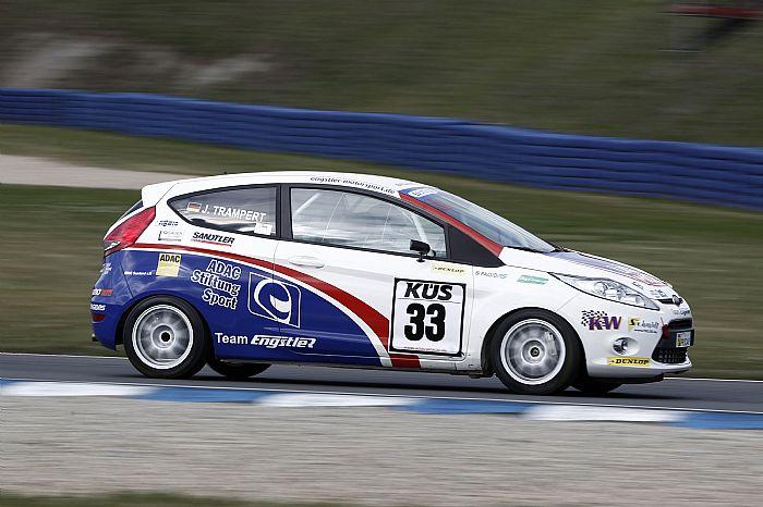 Mit ihrem 180 PS starken Ford Fiesta fährt Julia 16 Rennen pro Saison. Foto: Burkhard Kasan