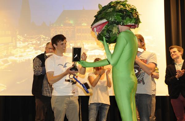 Ein Präsent vom Frosch: Der Sieger des Power Point Karaokes ist Fredi mit dem schwäbischen Akzent. Foto: Karin Hiller