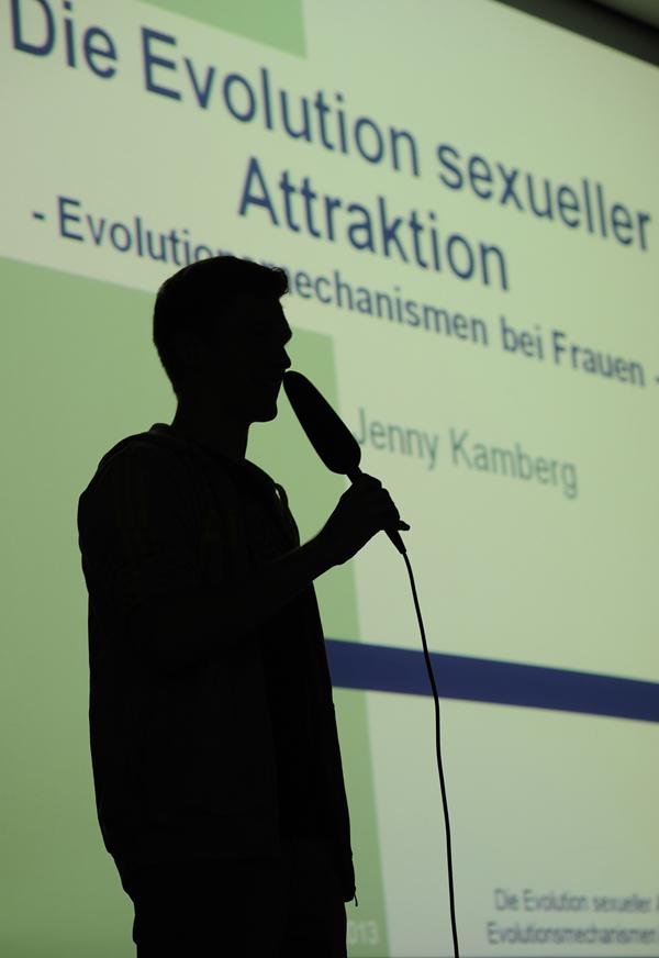 Schräge Themen, souveräne Referenten: Power Point Karaoke ist eine echte Herausforderung. Foto: Karin Hiller