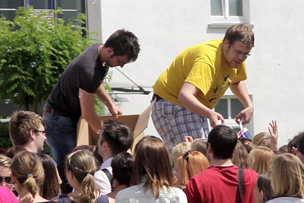 Zum Auftakt verteilen die Organisatoren Tüten mit kleinen Überraschungen. Foto: Weinzierl