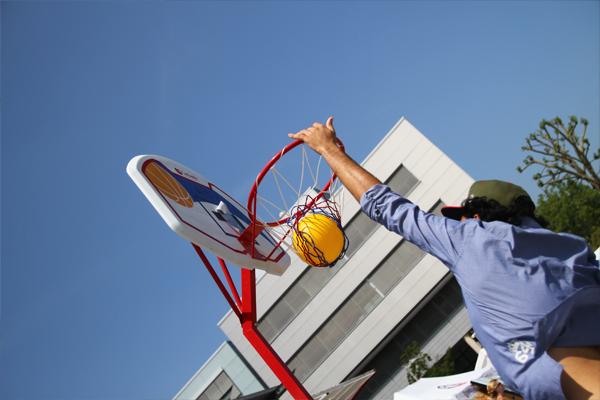Neben spaßigen Trinkspielen kam auch der Sport nicht zu kurz: Wer beim Fußball-Turnier am Samstag nicht dabei war, konnte auch eine schnelle Runde Basketball auf dem Mikadoplatz spielen.