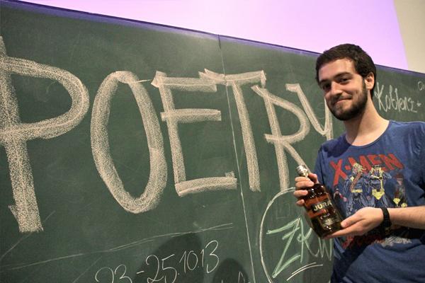 """Stolzer Gewinner des Abends war Marvin Ruppert aus Marburg. Als Preis erhielt er neben dem Applaus und der Anerkennung des Publikums eine Flasche Whiskey für sein Werk """"Verliebt""""."""