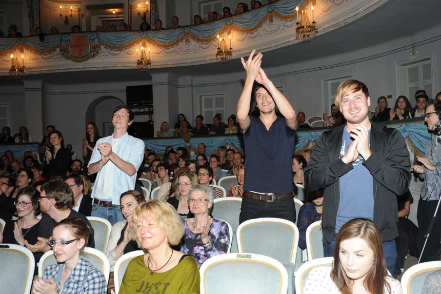 Die Darbietungen reißen das Publikum von den Plätzen. Foto: Hiller