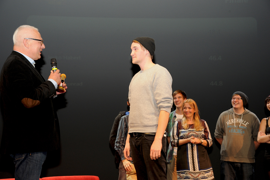 Universitätspräsident Prof. Dr. Roman Heiligenthal überreicht den Pokal. Foto: Hiller
