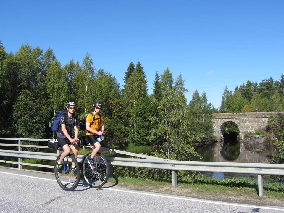 Rolf Leonhardt und sein Trainer Jan Logemann unterwegs auf 28-Zoll-Einrädern. Foto: Rolf Leonhardt