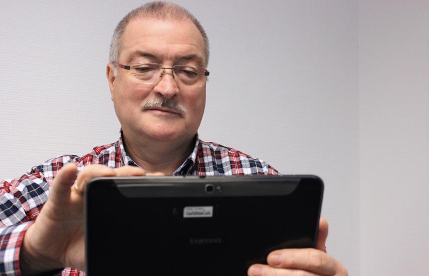 Wolfgang Bayer ist 60 Jahre alt und einer der Probanden. Er kann heute schon sehr gut mit dem Tablet umgehen und hat sich selbst eins gekauft. Foto: Adrian Müller