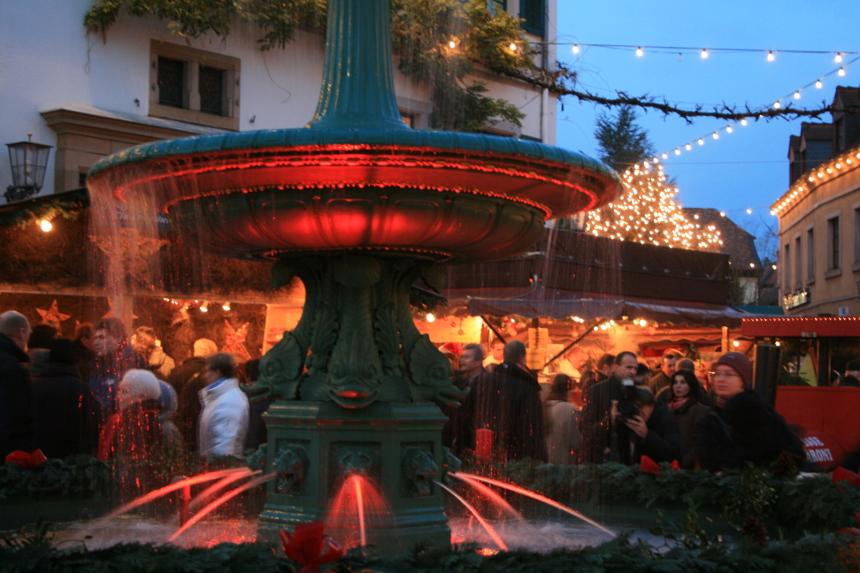 Der Traditions-Markt Deidesheimer Advent lockt mit Lichterzauber. Foto: Tourist Service GmbH Deidesheim