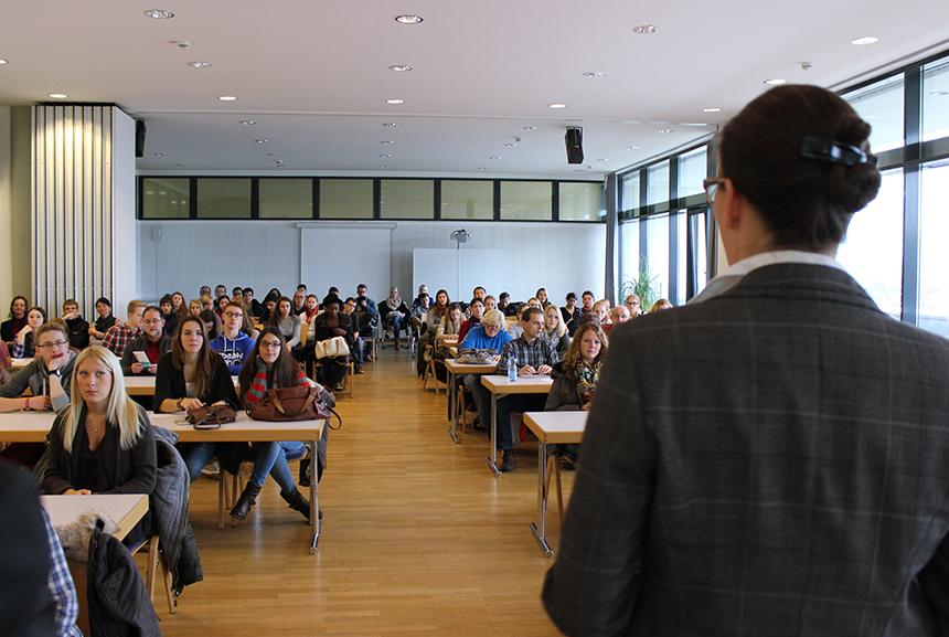 Die Universität Koblenz-Landau hat viele Partneruniversitäten im Ausland. JProf. Dr. Constanze Juchem-Grundmann erklärt, welche Vorteile ein Auslandsaufenthalt bringen kann.