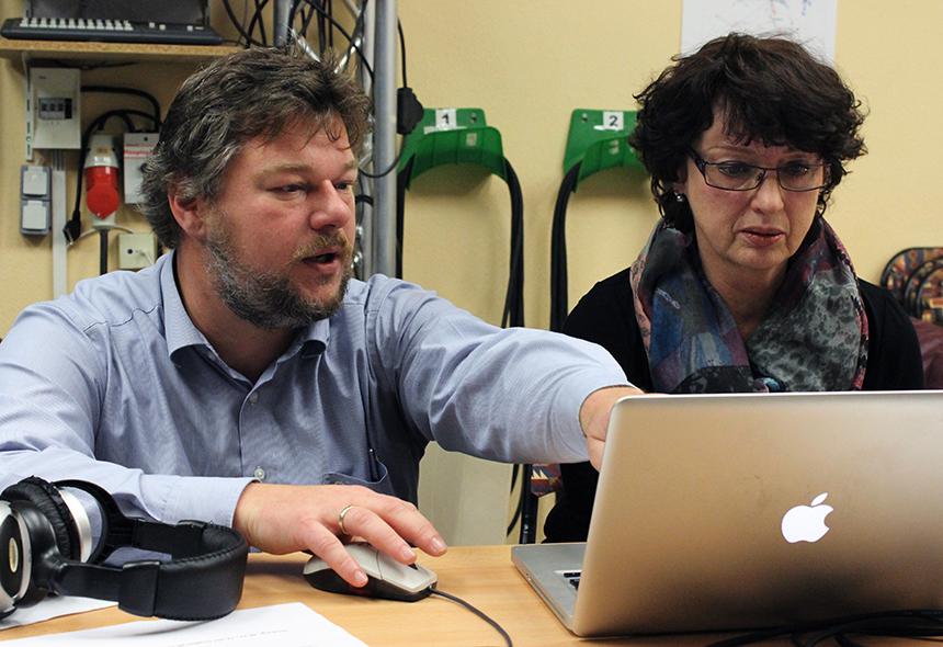 Herr Auwärter erklärt das Programm zum Einspielen von Musik und Interview-Aufnahmen.