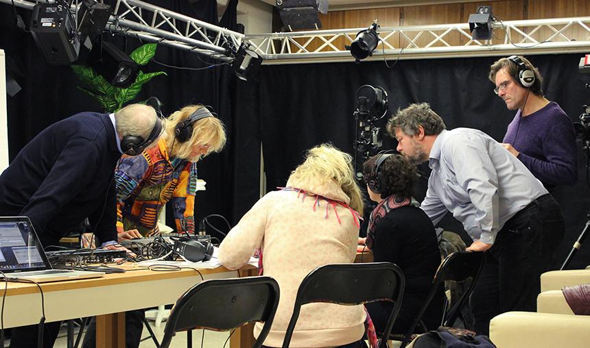 Kurz vor Beginn der Live-Sendung ist das Team hochkonzentriert.