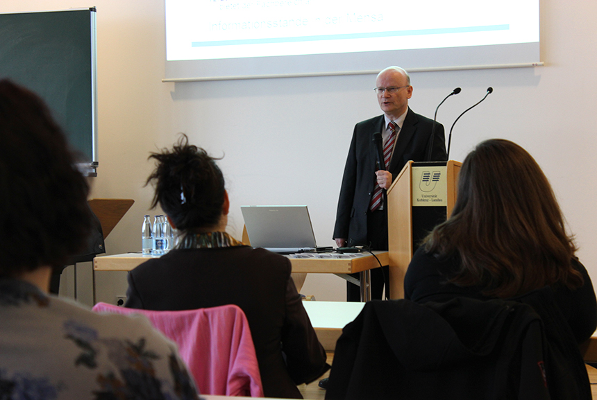 Prof. Dr. Peter Ullrich begrüßt die zahlreichen Gäste am Campus Koblenz.