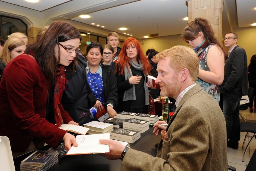 Knigge bei der Autogrammstunde. Foto: Hiller