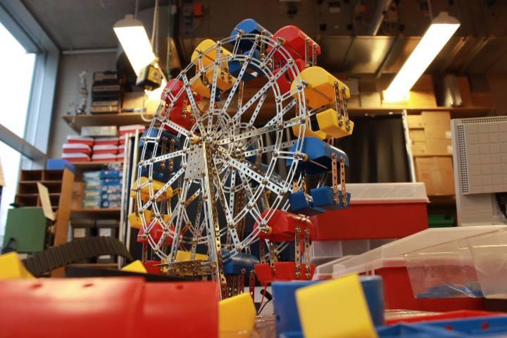 """Dieses sogenannte """"Eitech"""" ist ein Riesenrad, welches von Kindern zusammengebaut werden kann. Mit Hilfe eines Motors dreht es sich. Foto: Adrian Müller"""