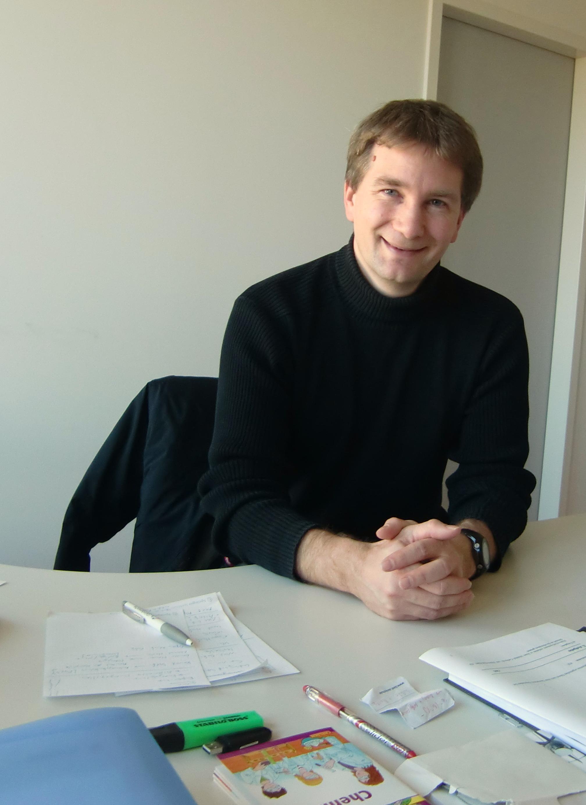 Professor Björn Risch möchte den Zirkuswagen künftig mit seinem Fachbereich für Naturexperimente nutzen. Foto: Greb