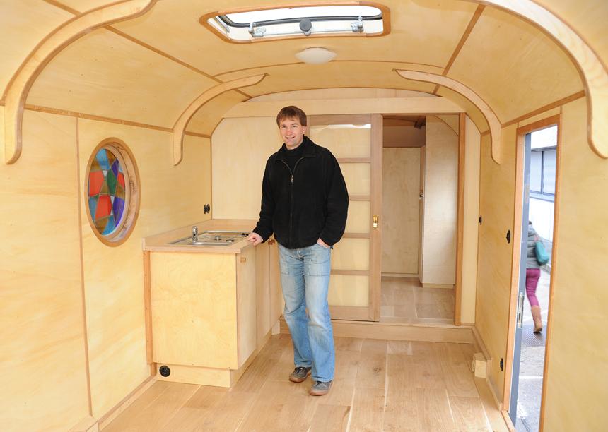 Prof. Risch begutachtet das Innere des Wagens.