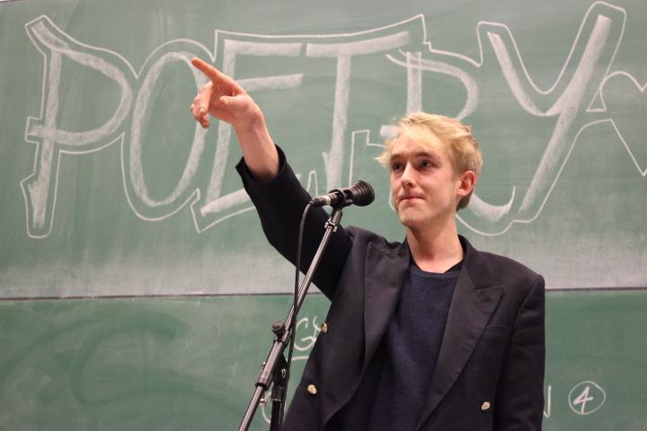 Slam-Poet Tobias Gralke spricht jeden Zuhörer an.