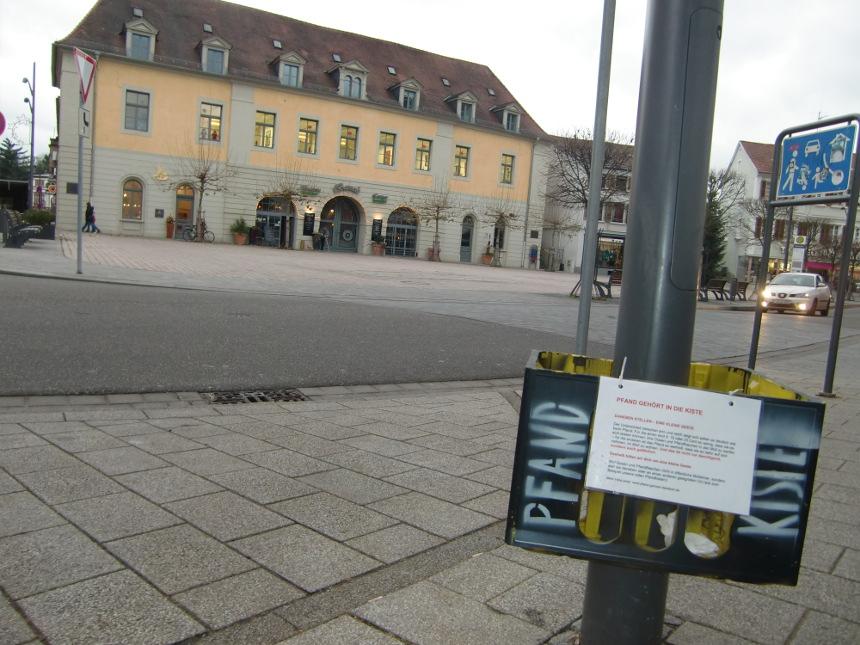 Auch am Obertorplatz können Bürger ihren Pfand in die Kiste stellen, um Bedürftige zu unterstützen. Foto: Greb