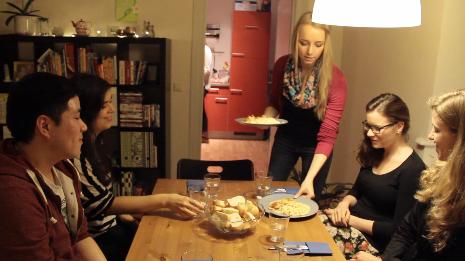 Es ist angerichtet: Die Gäste blicken erwartungsvoll auf die Teller.