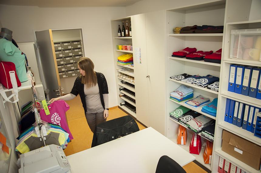 Ordnung muss sein: Die studentische Mitarbeiterin Ina Schneider kümmert sich um die Kunden, die Buchhaltung, sowie um die Gestaltung des Uni-Shops. Foto: David John