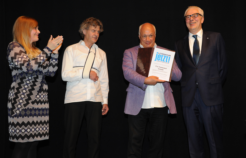 Universitätspräsident Roman Heiligenthal überreichte dem Bestsellerautor die Poetik Dozentur Urkunde. Foto: Karin Hiller