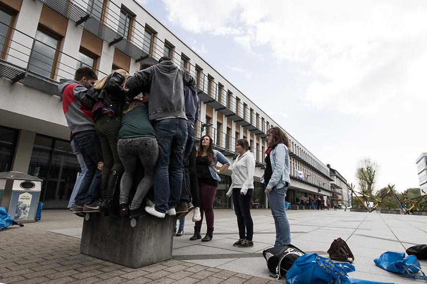 Wie viele Studierende passen auf einen Steinblock? 1, 2, 3, ...
