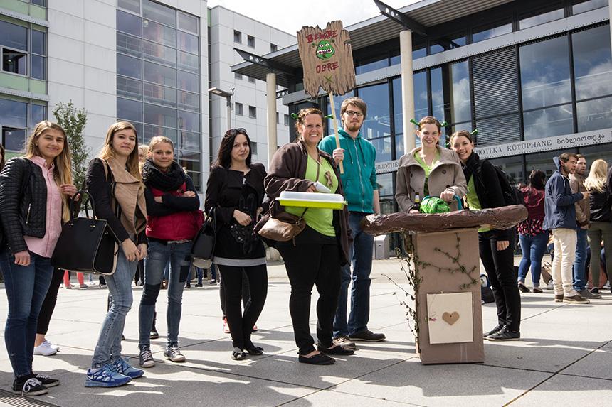 Damit die Studienstarter auch wissen, zu welcher Gruppe sie gehören, gab es wieder kreativ gestaltete Schilder und Kostüme. Foto: Adrian Müller