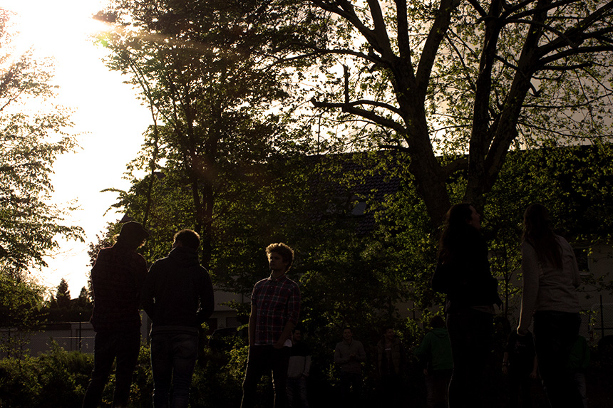 Nach der anstrengenden Rallye genießen die Erstsemester hinter dem Sportgebäude die Abendsonne.