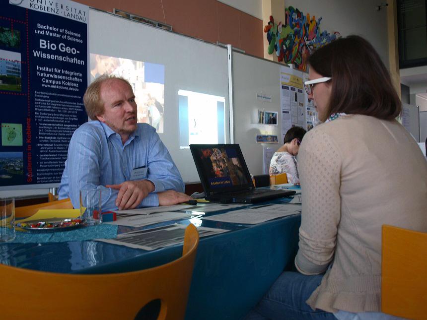 An den Infoständen lassen sich Studieninteressierte von Lehrenden individuell beraten - hier am Stand des Studiengangs BioGeoWissenschaften. Foto: Erber
