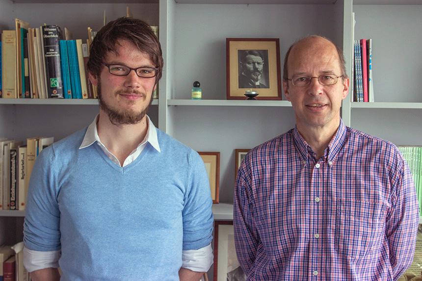 Doktorand Fabian Fries und Prof. Dr. Clemens Albrecht erforschen wie Weltuntergangsbewegungen unsere Wissensgesellschaft verändern. Foto: Adrian Müller