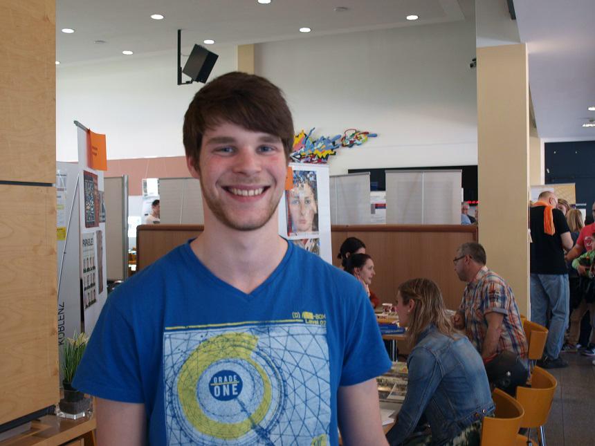 """Pascal Schneider gefällt der kleine Campus an der Uni. """"Hier ist alles kompakt beisammen"""", findet er."""