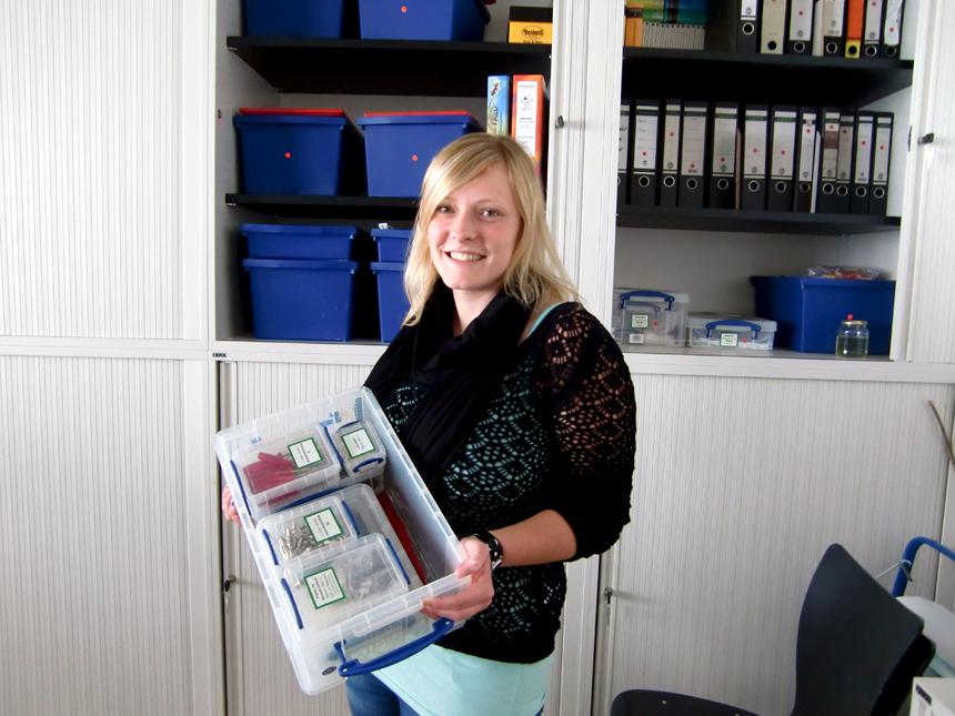 Die wissenschaftliche Hilfskraft Anna Ellenberger (23) zeigt eine Forscherbox aus der Ausleihe. Foto: Greb