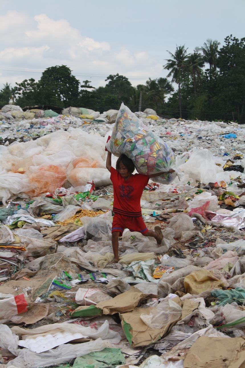 Fast barfuß laufen die Müllsammler über die Berge aus Abfall. Foto: Privat.