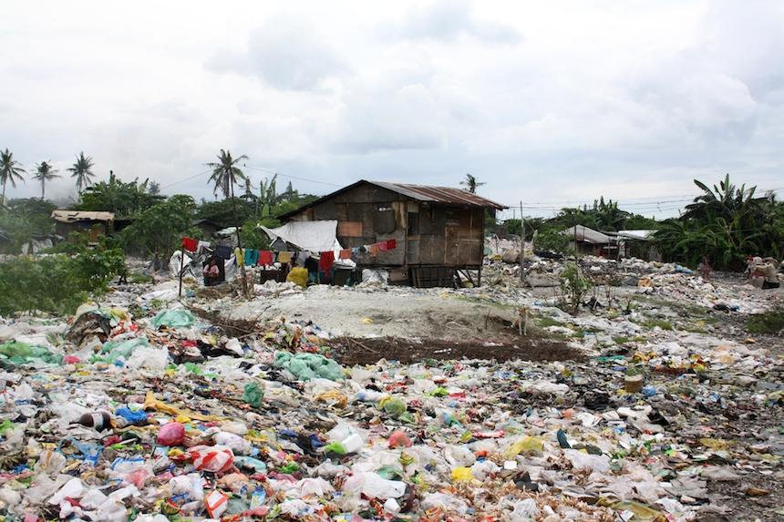 Viele Familien leben inmitten der Müllhalden und suchen dort nach verwertbaren Materialien und Dingen. Foto: Privat.