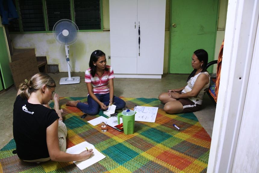 Mit Unterstützung ihrer zwei Assistentinnen führte Hackenfort über 30 Interviews auf Cebuano, der auf Cebu verbreiteten Sprache. Foto: Privat.