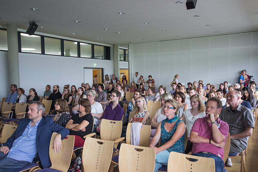 Das Publikum lauscht sehr gespannt.