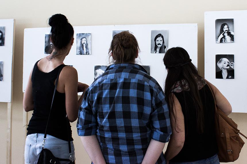 Im Foyer gibt es ein Foto-Projekt von Studierenden zu sehen.