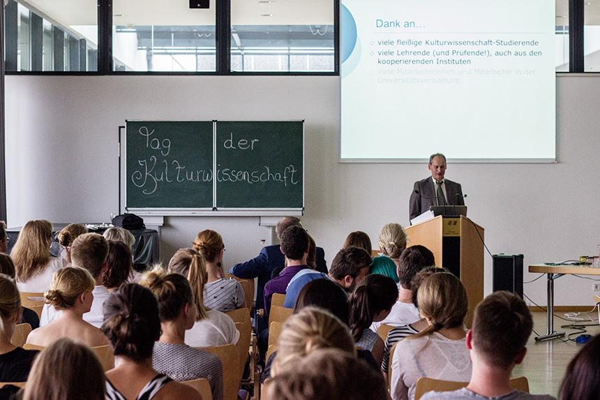Prof. Klemm begrüßt die zahlreichen Gäste.