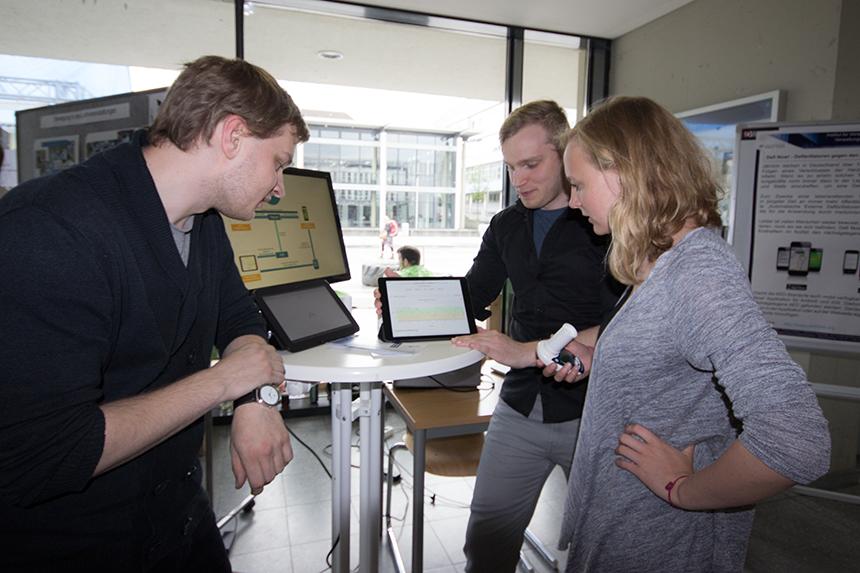 Das Institut für Wirtschafts- und Verwaltungsinformatik erläutert die Vorteile ihrer Gesundheits-App. Foto: Adrian Müller