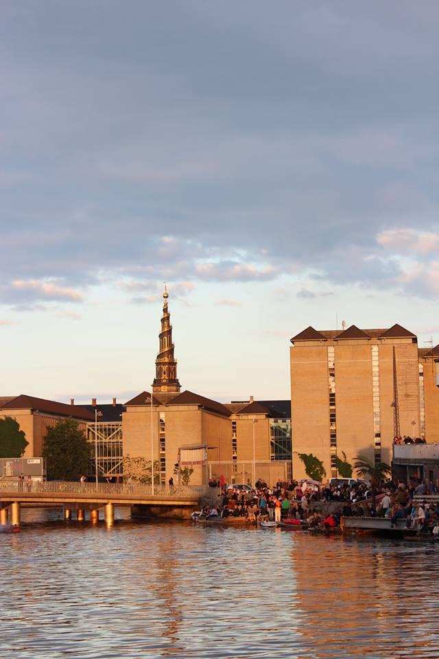Das Meer beginnt bereits in der Stadt. Im Hintergrund ist einer der schönsten Kirchtürme Kopenhagens zu sehen. Foto: privat