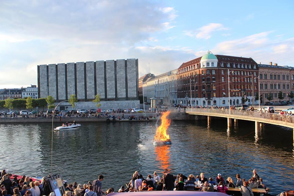 Zu Mittsommer werden überall in der Stadt Feuer angezündet - auch auf dem Wasser. Foto: privat