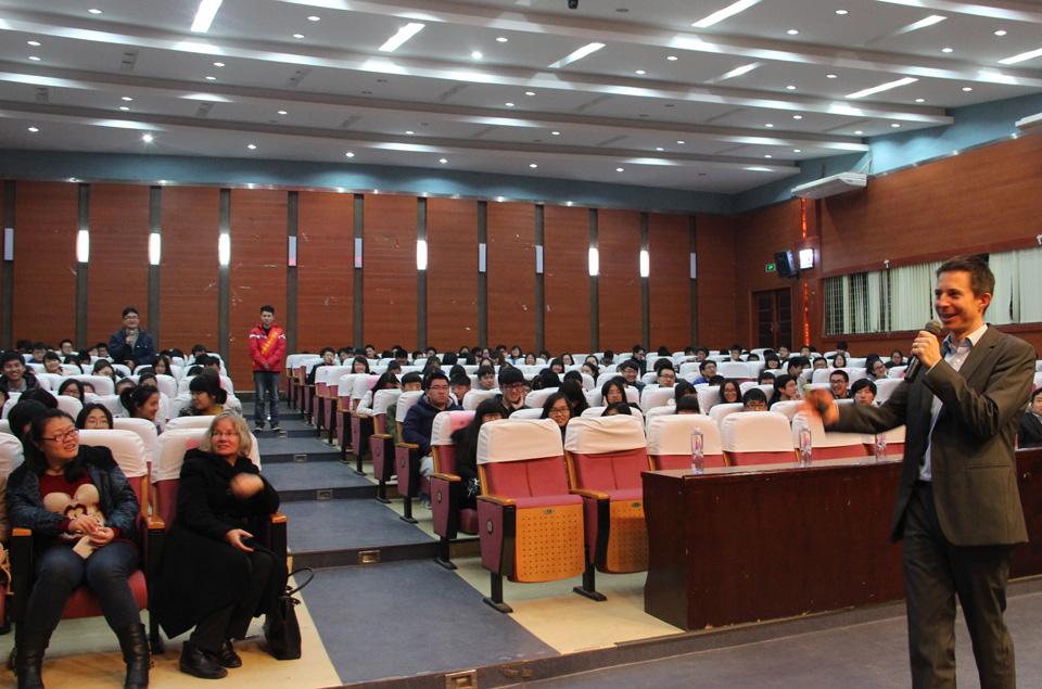 Ein Audimax wie ein Kinosaal: Umweltökonomie-Professor Oliver Frör präsentiert vor Studierenden in Fuzhou das Landauer Institut für Umweltwissenschaften. Foto: Frör