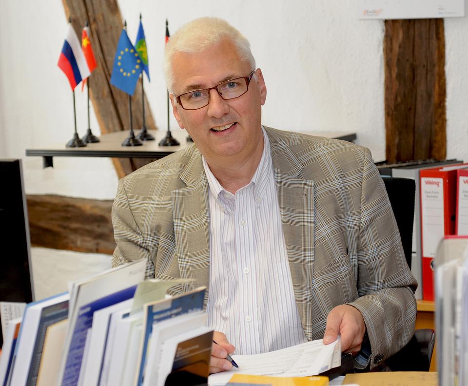 Setzt auf Bewährtes und auf neue Akzente: Der Politikprofessor Siegmar Schmidt leitet seit über einem Jahr das Frank-Loeb-Institut. Foto: Hiller