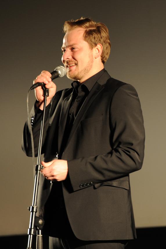 "Moderator Hanz: "" In Landau sind die richtig hungrig auf Poetry Slam. Foto: Karin Hiller"