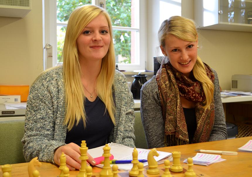 Klara und Katharina bei der Vorbereitung von Infomaterial für weibliche Asylbewerberinnen. Foto: Angela Gräsel