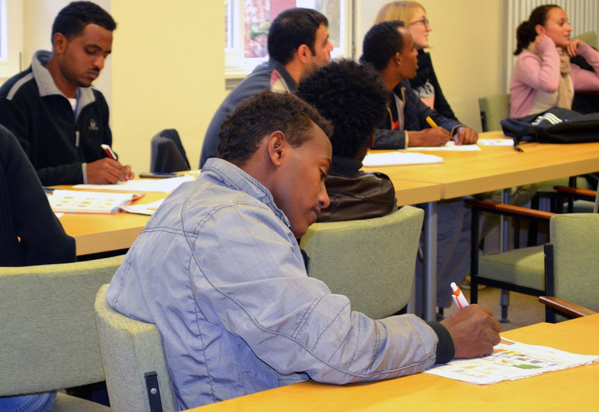 Die Teilnehmer konzentrieren sich auf den Unterricht. Foto: Anglea Gräsel