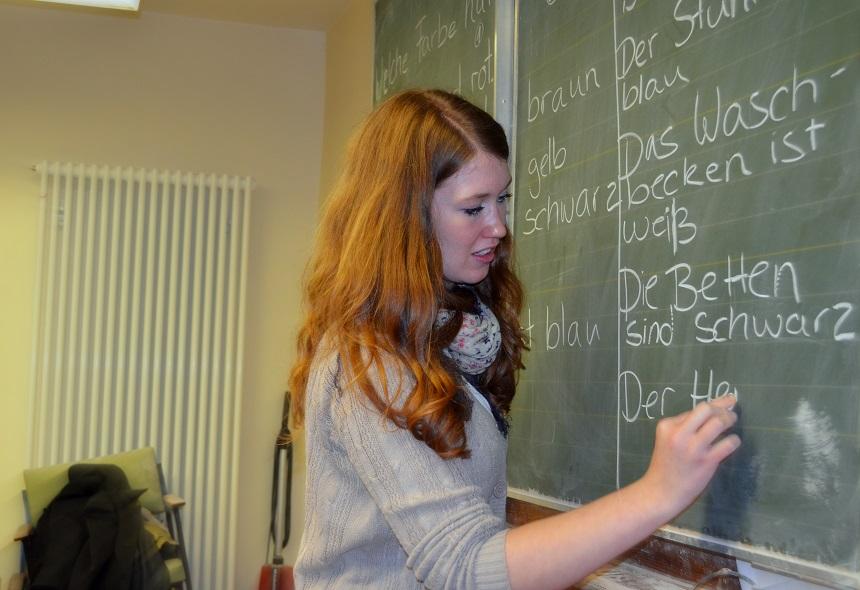 Eine Studentin erklärt Alltagsbegriffe an der Tafel. Foto: Angela Gräsel
