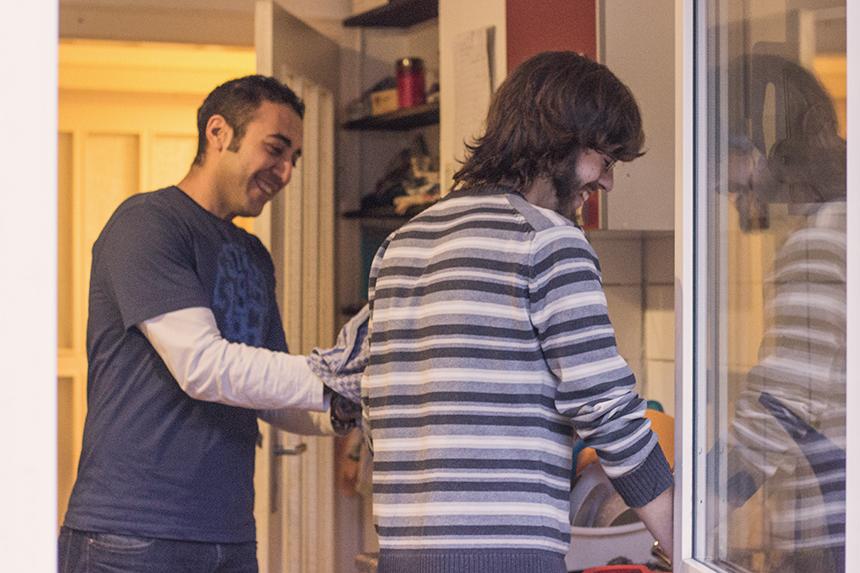 Auch beim gemeinsamen Spülen haben sie Spaß: Der Koblenzer Student Dominik Müller und Mina Louka aus Ägypten. Foto: Adrian Müller
