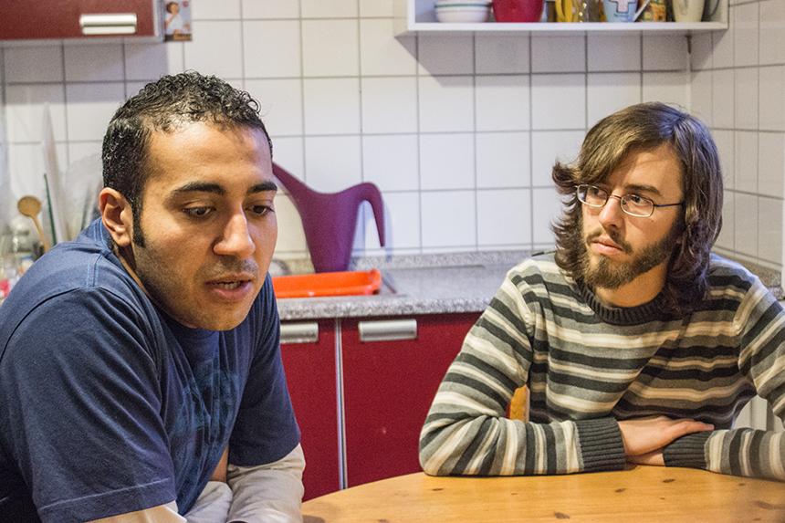Viel Zeit verbringen die Zwei am Küchentisch und diskutieren über Religion, Islamismus und soziale Werte. Nicht immer sind sie einer Meinung und es geht hoch her. Doch für beide ist Toleranz sehr wichtig und sie leben nach diesem Prinzip zusammen. Foto: Adrian Müller