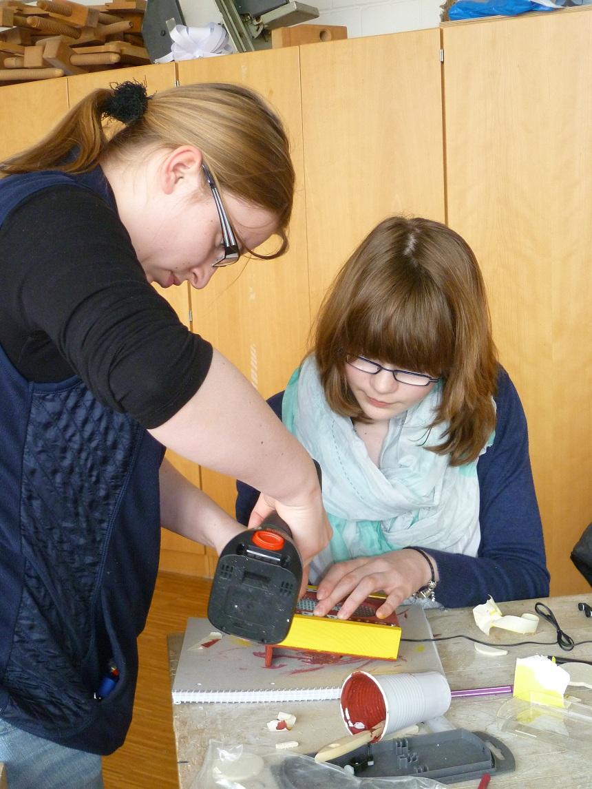 Studierende der Universität arbeiten als Mentorinnen und zeigen den Schülerinnen viele interessante Dinge. Foto: Privat