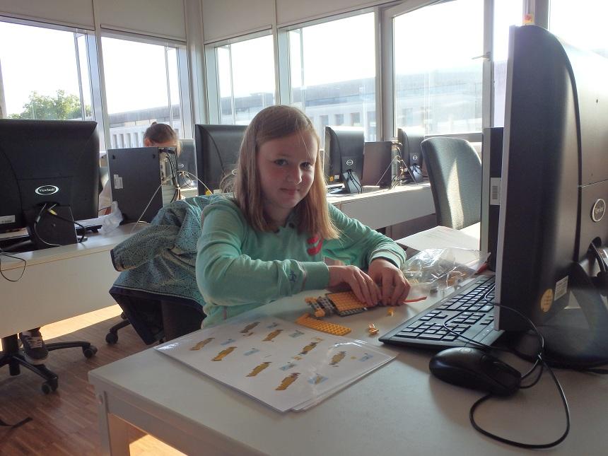 Auch Programmieren können die Schülerinnen während der Workshops am Campus. Foto: Privat